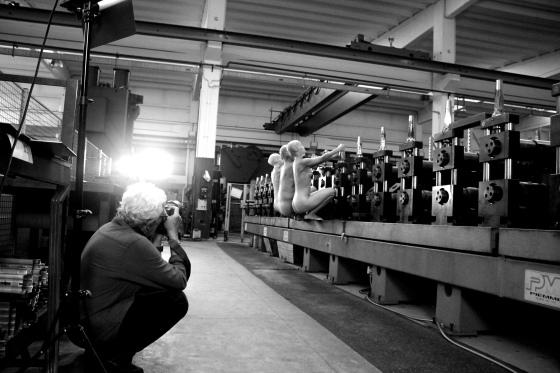 Backstage CAIO GRACCO mentre fotografa i performer presso OFFICINE TAMBORRINO